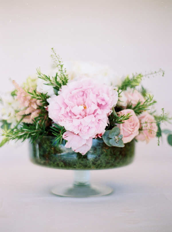 centerpiece-with-peonies-lycianthus-roses