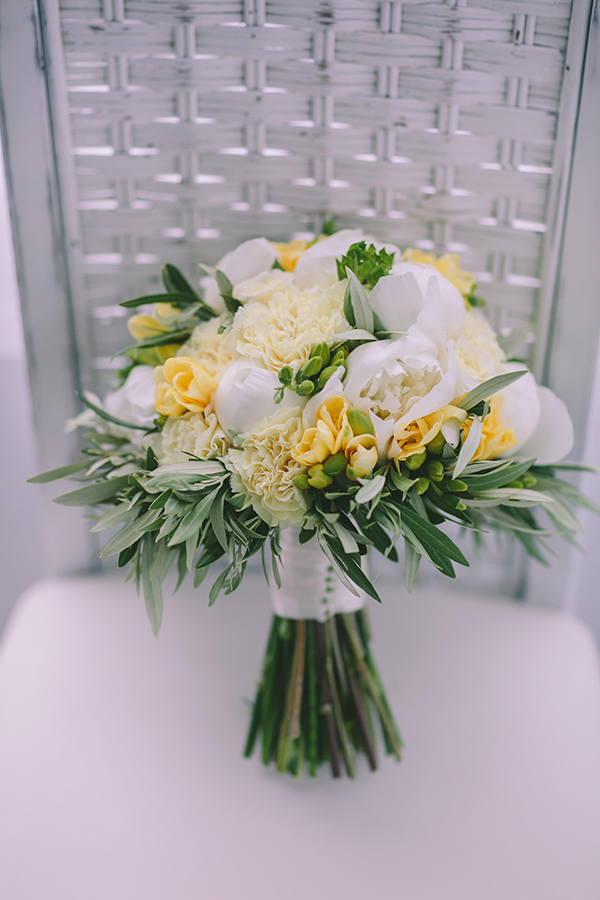 white-pale-yellow-flowers-bouquet