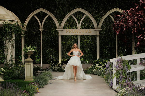 impressive-bridal-fashion-show-that-mesmerize-us-pronovias-barcelona_01