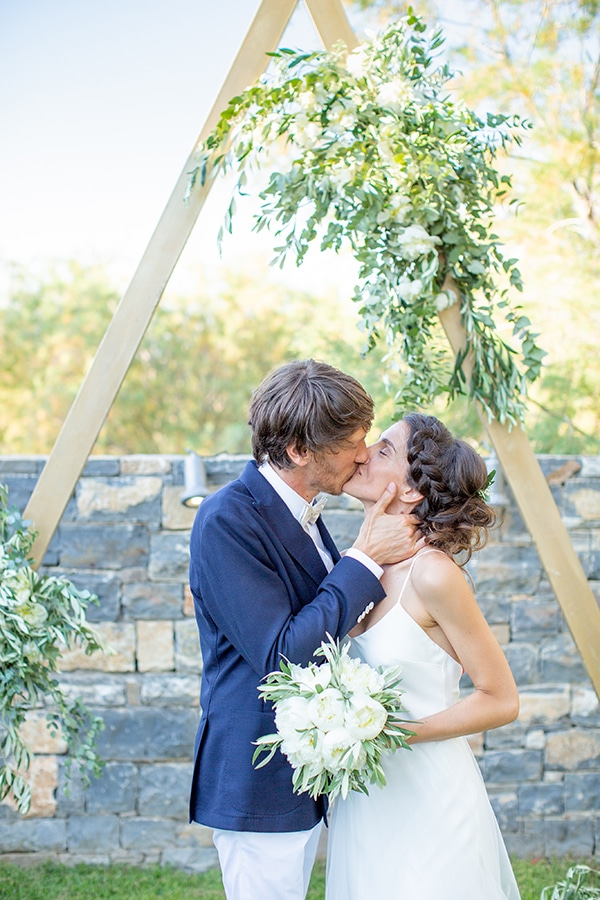 gorgeous-natural-wedding-athens-white-flowers_27