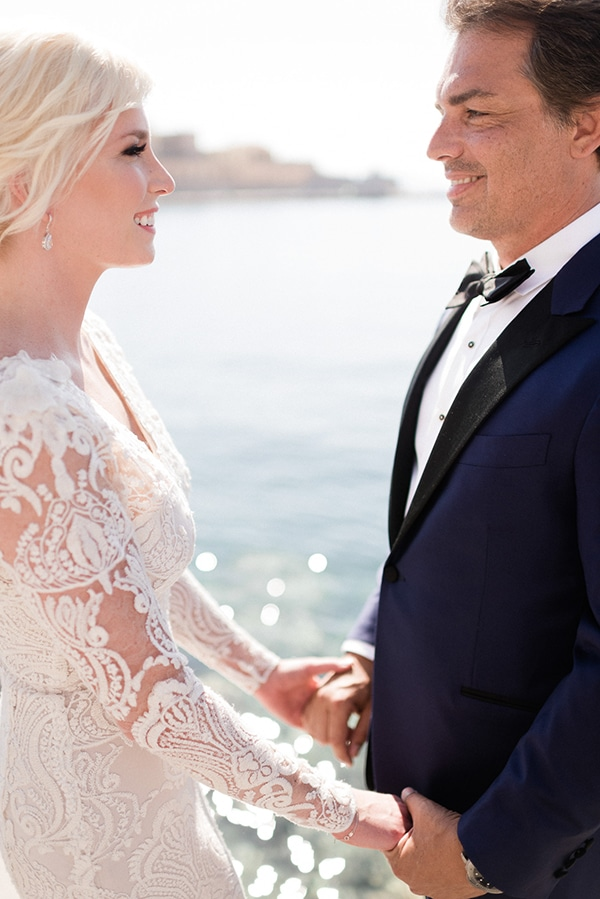 intimate-destination-elopement-crete-greenery-white-flowers_02