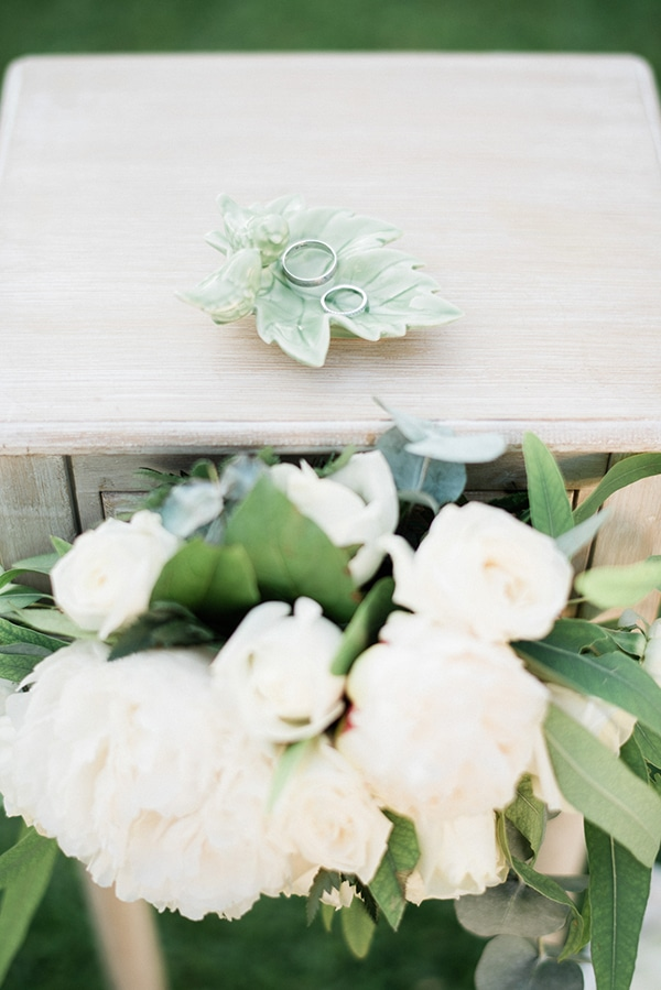 intimate-destination-elopement-crete-greenery-white-flowers_08