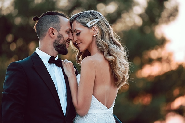 elegant-summer-wedding-athens-hanging-crystal-chandeliers-fresh-flowers_00