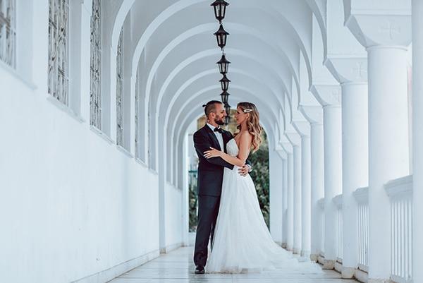 elegant-summer-wedding-athens-hanging-crystal-chandeliers-fresh-flowers_01
