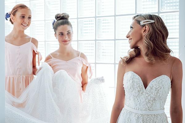 elegant-summer-wedding-athens-hanging-crystal-chandeliers-fresh-flowers_06