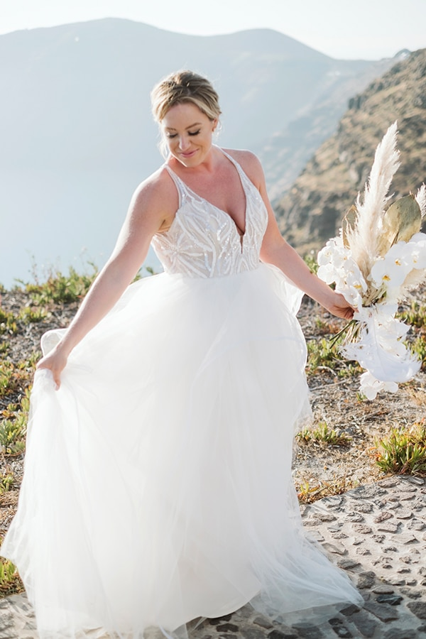 intimate-destination-wedding-santorini-bursting-pampas-grass_09x