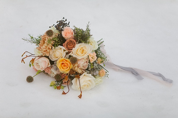 romantic-winter-elopement-warm-colors-cozy-accents-elegant-details_04x