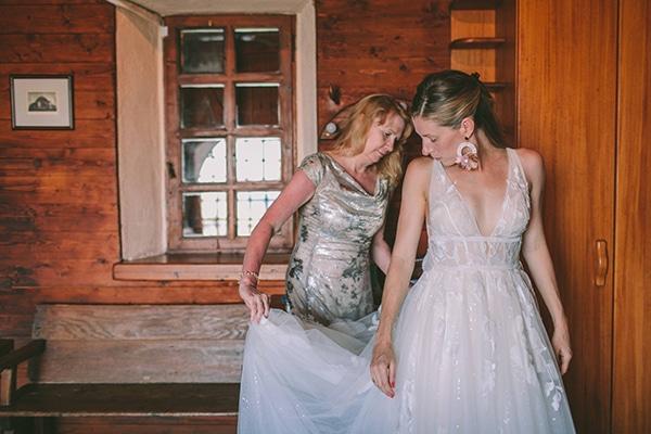 dreamy-destination-wedding-greece-vibrant-pops-bougainvillea-blossoms_10