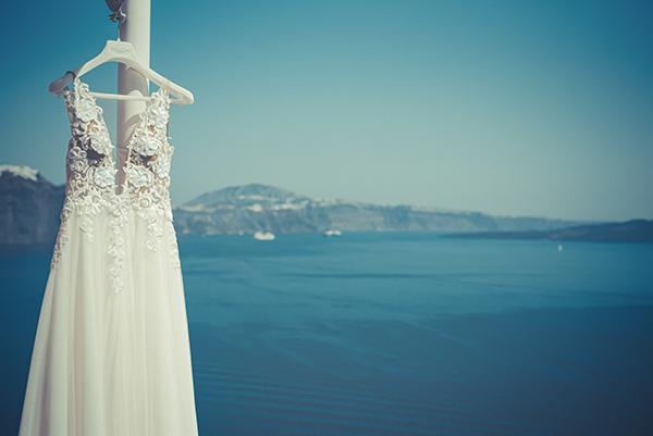 summer-romantic-wedding-santorini-white-peonies-roses_03