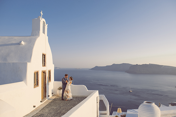 summer-romantic-wedding-santorini-white-peonies-roses_21